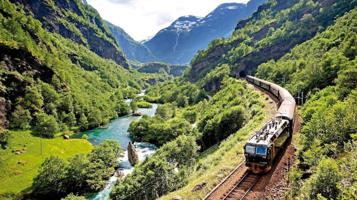 Bahn in Fjord Norwegen