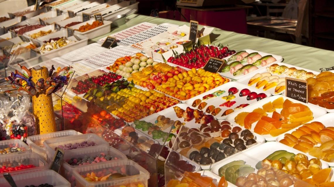 Glasierte Früchte auf einem Marktstand in Nizza