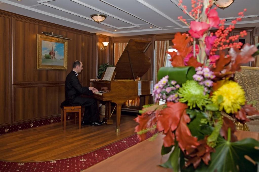 MS Volga Dream - Piano im Salon