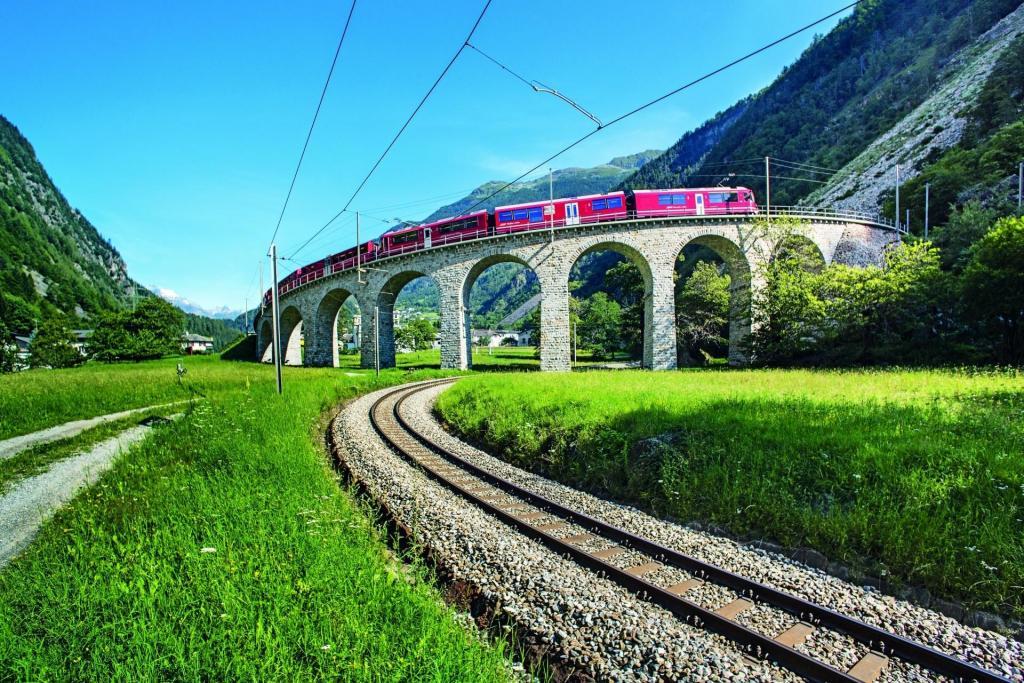 Bernina Express auf dem Kreisviadukt von Brusio