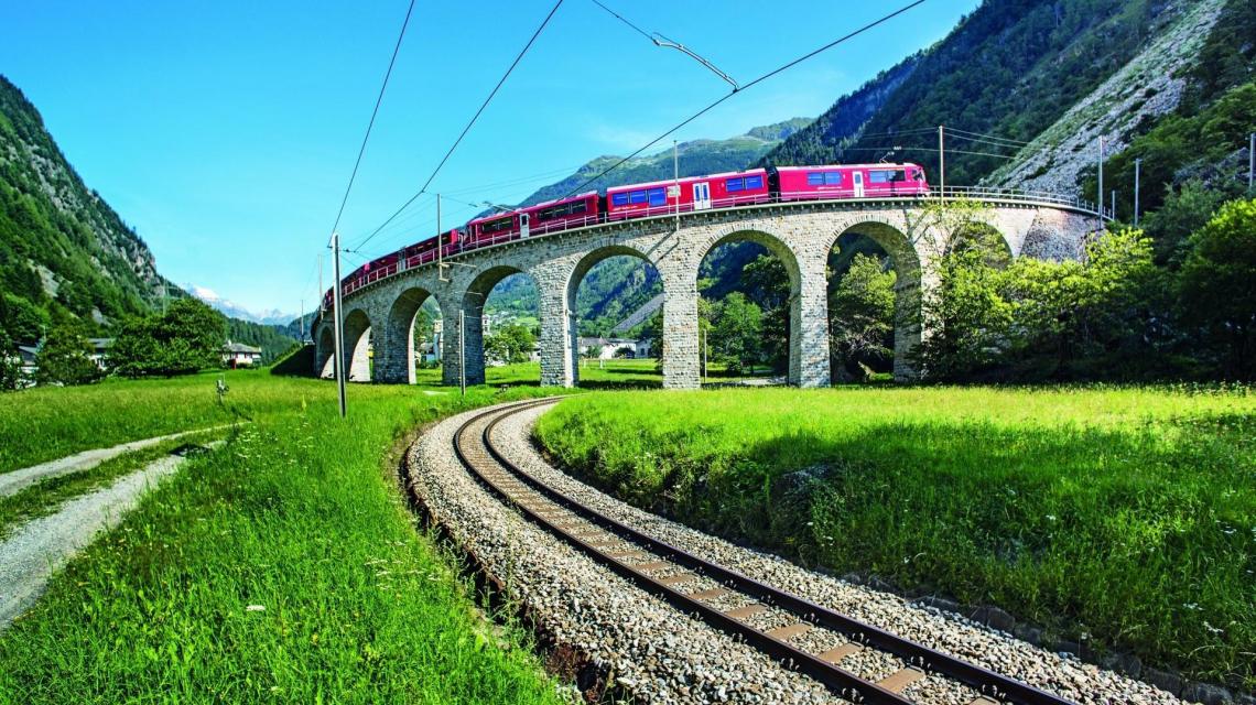 BERNINA-EXPRESS afuf dem Kreisviadukt Brusio