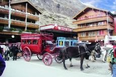 Kutsche vom Seiler Hotel vor dem Bahnhof von Zermatt