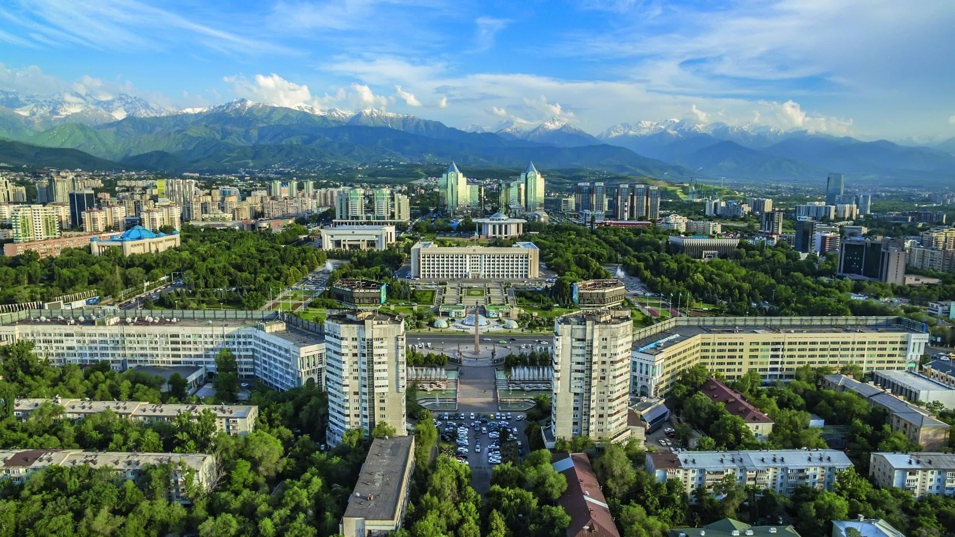 Almaty am Fuße des Alatau Gebirges