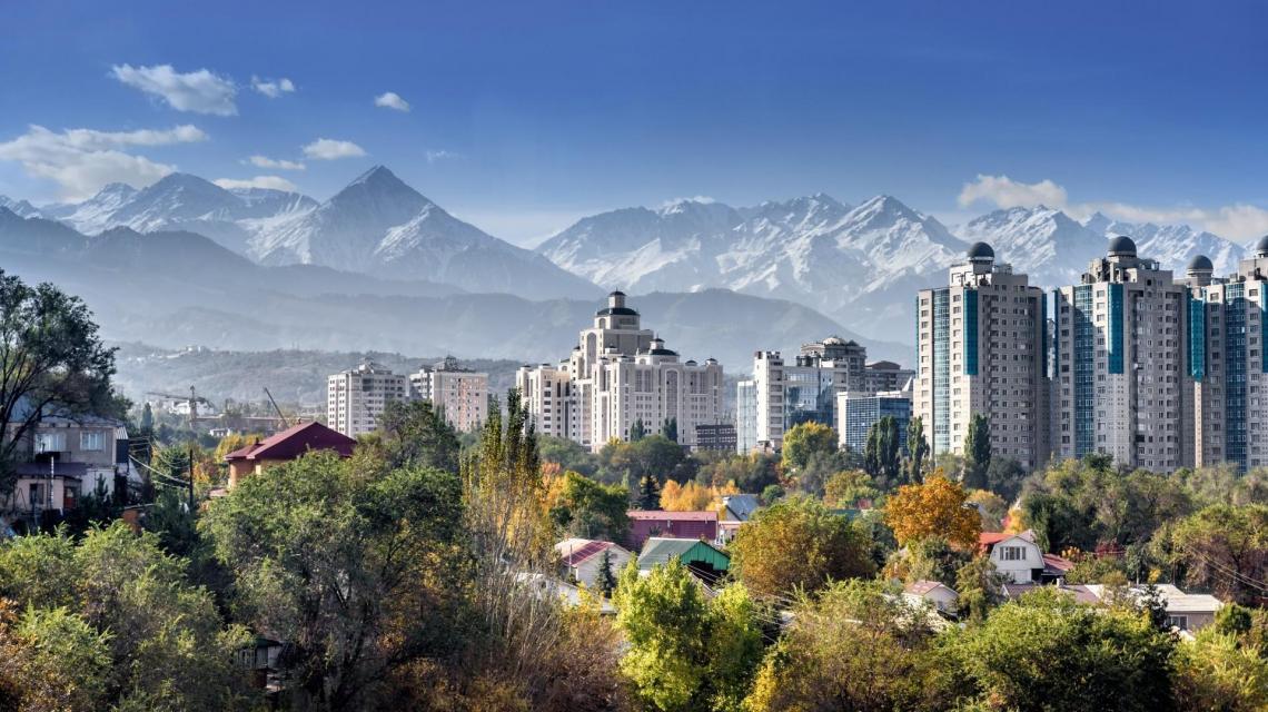 Almaty mit Alatau Gebirge im Hintergrund