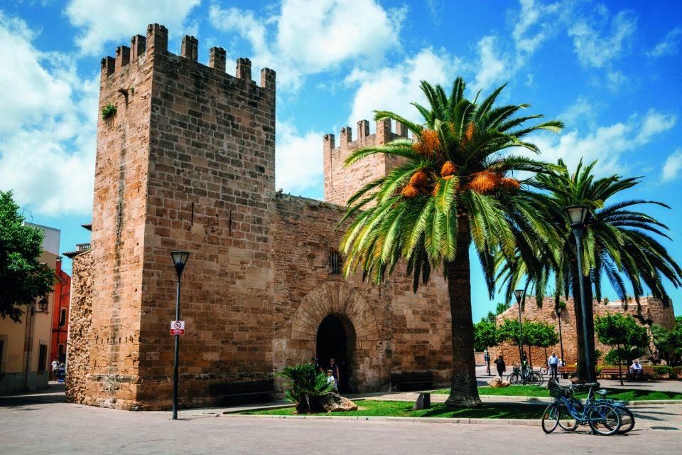 Tor der Festung von der historischen Stadt Alcudia auf Mallorca