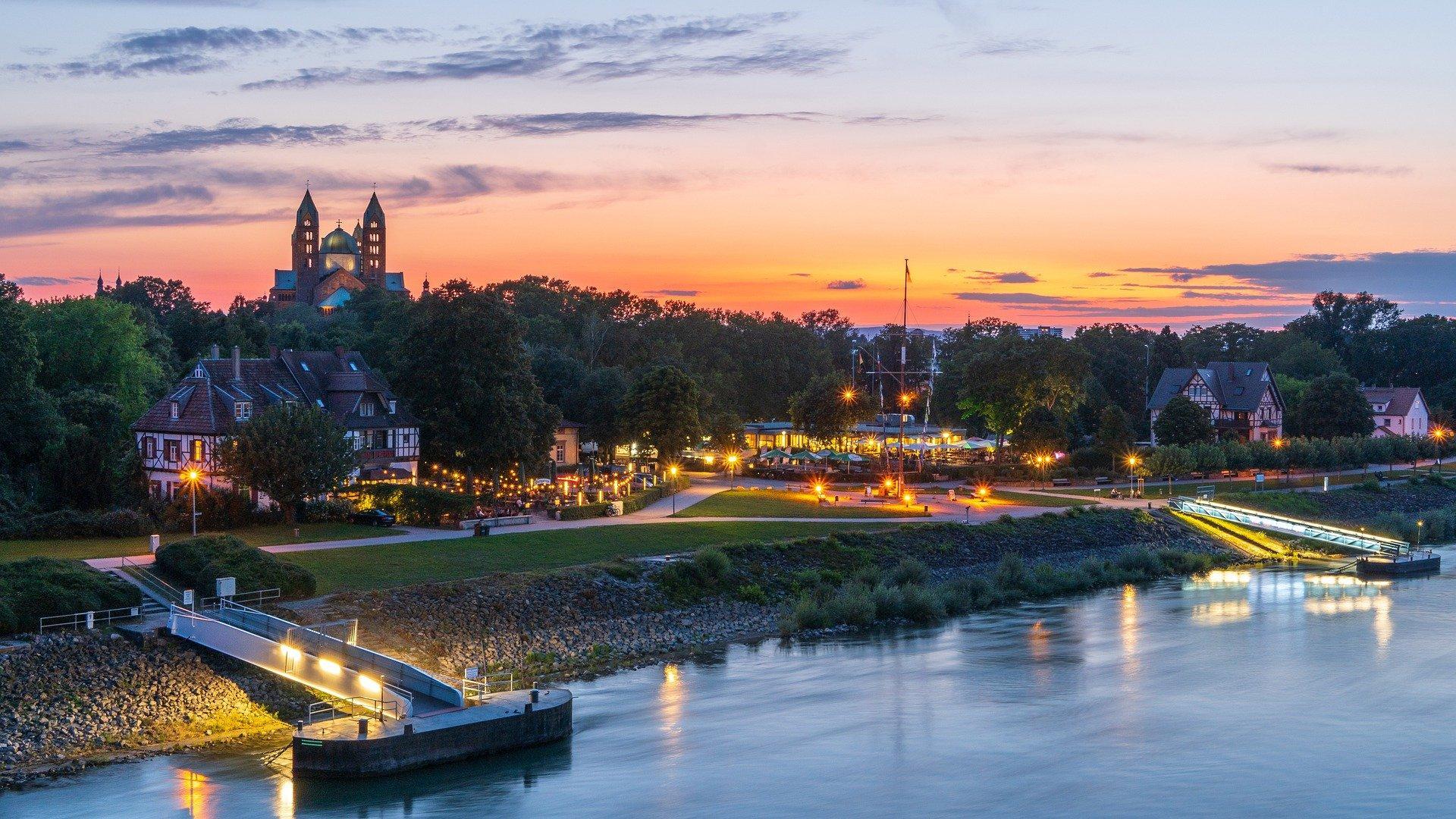 Rheinufer von Speyer am Abend