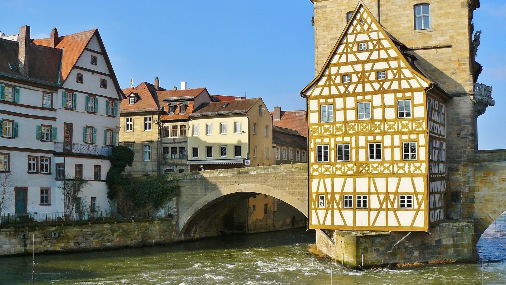 Rathaus in Bamberg über die Regnitz